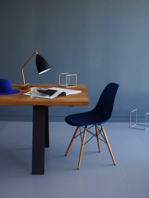 berle-naver-plank-spisebord-gubi-lampe-og-vitra-stol